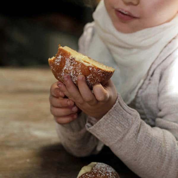 ילדה אוכלת סופגניה